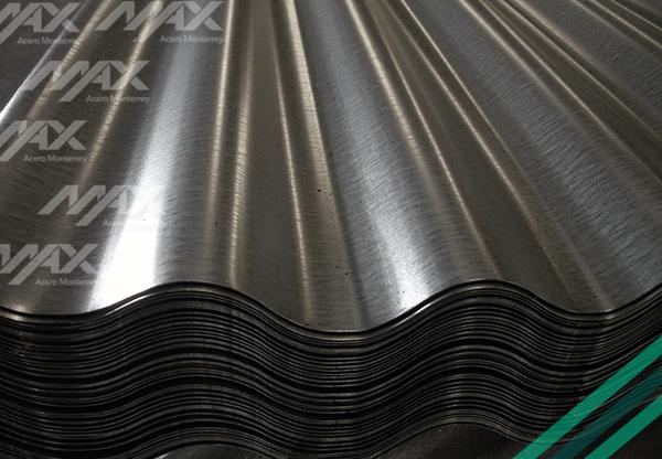 Lámina de acero galvanizado con una capa de zinc para mayor protección a la corrosión.